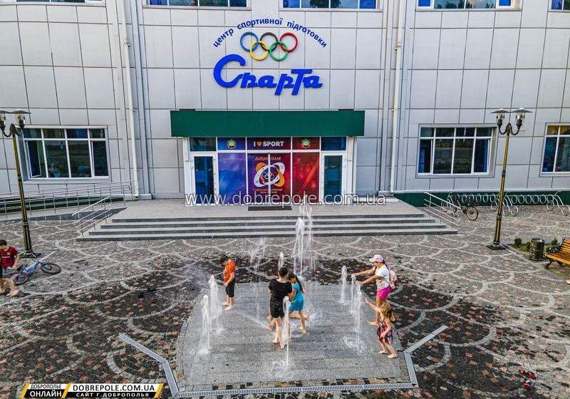 """В Доброполье возле Дворца спорта заработал """"бассейн"""""""