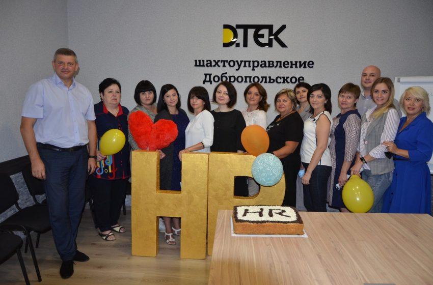 Директор ШУ Добропольское А.Могильченко поздравил работников департамента по управлению персоналом