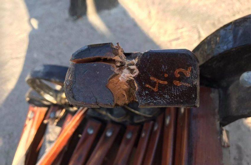 У міському парку Добропiлля було вщент розтрощено лавочку з важкими чавунними перилами + ФОТО
